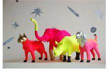 ▸ DIY  Painted Animals / חיות פלסטיק צבועות בשלל צבעים משמחים, מקשטות חפצים ומוסיפות ענין. כמה פשוט ככה יפה! www.hakoltov.com