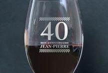 Les verres personnalisés / Surprenez votre famille et vos amis avec les verres à vin uniques, les verres à whisky originaux et les flûtes à champagnes personnalisés. Un ensemble d'idées cadeaux pour les grandes occasions!  Retrouvez toutes nos idées cadeaux personnalisés sur www.cadeaux.com