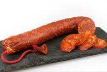 """Jamones y embutidos / Uno de los puntales de la gastronomía española, y sin desmerecer a nuestros reputados restauradores patrios, son los derivados cárnicos y en concreto los """"celestiales"""" jamones ibéricos y embutido: jamones de cerdo ibérico, criados en semilibertad y alimentados de forma natural con bellota, jugosas cecinas con el punto de sal justo, chorizos dulces y picantes con la chispa justa del pimentón, además de otros embutidos curados y ahumados, todos con marcado carácter español."""