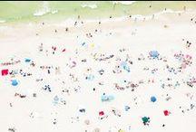 La plage vue du ciel / On connait tous la plage vue à notre niveau, allongés sur nos serviettes, depuis la mer entre deux plongeons, mais rarement vue d'en haut, du ciel. Une nouvelle vision de la plage qui vaut le détour. #plage #beach