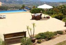 Belles terrasses / Bouquiner sur la terrasse, faire la sieste sur la terrasse, prendre l'apéro sur la terrasse, manger un bon repas sur la terrasse, contempler la mer de la terrasse... sont autant de bonnes raisons de choisir une location avec une belle terrasse pour profiter de vos vacances !