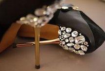 Stylowe buty z diamentami / Buty to nieodłączny element każdego stroju. Prawdziwa kobieta powinna mieć ich kilkanaście, a nawet kilkadziesiąt par, by móc dopasowywać je do stworzonej stylizacji. Oto propozycje obuwia z diamentami, które zachwyci swym wyglądem nawet najbardziej wymagającą osobę.
