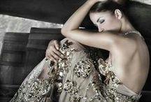 Diamentowe sukienki / Każda kobieta pragnie mieć w swojej szafie piękne sukienki, które będzie mogła założyć na specjalne okazje. Te z diamentami są szczególnie oryginalne i przyciągają wzrok.