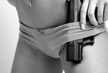 15 - Garotas e armas / Imagens sensuais de mulheres portando armas.