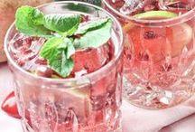 Happy Friday: Feierabenddrinks / Hoch die Hände: Wochenende! Der Feierabend am Freitag ist es Wert, dass man ihn mit einem ganz besonderen Getränk feiert. Hier finden sich daher Rezepte für leckere Feierabend-Drinks - vielleicht nicht nur für Freitag.