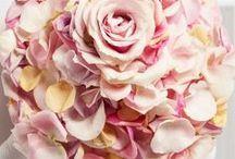 """Marry Mania - Ausgefallene Brautschmuck-Designs in starken Kontrasten / Unter dem Titel Marry Mania hat der Fachverband Deutscher Floristen e.V./FDF eine Kollektion eleganter Hochzeitsfloristik entwickelt, die ein breites Spektrum außergewöhnlicher Brautsträuße umfasst. Die Kollektion ist thematisch in zwei Farbwelten unterteilt. """"Marry"""" zeigt Brautschmuck-Variationen in einer weißen, eleganten Atmosphäre. """"Mania"""" präsentiert Brautschmuck-Variationen für eine extravagante Braut. Die floralen Kreationen werden aufmerksamkeitsstark und effektvoll in Szene gesetzt."""