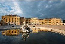 SCHONBRUNN / Cisársky zámok slúžil ako letné sídlo a  patrí k najvýznamnejším kultúrnym pamiatkam Rakúska. Celý pamiatkovo chránený areál ku ktorému patrí zámok s priľahlými budovami, park, aj najstaršia existujúca baroková  ZOO na svete, bol roku 1996 zapísaný do svetového kultúrneho dedičstva UNESCO
