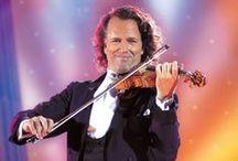 ANDRE RIEU / Šarmantný holandský huslista,kapelník,skladateľ a  hudobný producent. Špecializuje sa na tzv ľahkú klasiku.So svojim orchestrom koncertuje po celom svete a má neuveriteľný úspech.Jeho koncerty sa vyznačujú jedinečnou atmosférou,ktorá dokáže nadchnúť a pritiahnuť aj laických poslucháčov.