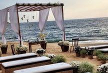 Altar de casamento / Não importa se você vai casar na igreja ou ao ar livre, no campo ou na praia. Um altar decorado com flores, candelabros, cortinas ou painéis completa a cerimônia de casamento