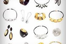ZSISKA / ZSISKA è sinonimo di design e alta qualità artigianale. Ogni gioiello ZSISKA  è unico, fatto a mano con amore e cura utilizzando resina di alta qualità in combinazione con altri materiali. Ogni collezione è stata ispirata dalla meravigliosa diversità delle culture, dell'arte e della natura, seguendo le tendenze della moda nello stile e nei colori.