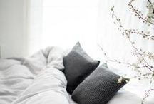 interior. schlafzimmer. / Ein Raum rund um Entspannung, Schlaf und Hygge. Ich liebe es zwar gemütlich und aufgeräumt, aber sammle hier auch kein Inspirationen, die etwas bunter, boho und wilder sind.