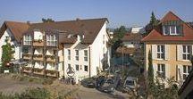 AKZENT Hotel Atrium Baden**** / Das AKZENT Hotel Atrium Baden befindet sich in ruhiger Lage, nur 5 Gehminuten vom Stadtzentrum entfernt. Barrierefrei gelangt man vom Parkplatz aus ins Erdgeschoss sowie in den Frühstücksraum und die urige Weinstube. Alle Etagen sind leicht mit dem Lift erreichbar.  || Kontakt: AKZENT Hotel Atrium Baden, Blauenstraße 6, 79189 Bad Krozingen | Tel.: +49 (0)7633 9266 0 | E-Mail: info@atrium-baden.com | www.akzent.de/bad-krozingen