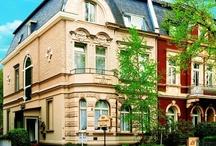 AKZENT Hotel Am Hohenzollernplatz***S / Das familiengeführte AKZENT Hotel Am Hohenzollernplatz, bestehend aus zwei unter Denkmalschutz stehenden Jugendstil-Villen Urlaub, befindet sich im ruhigen Villenviertel von Bonn-Bad Godesberg. Für Urlauber und Geschäftsreisende bietet das Hotel 20 klassisch eingerichtete Zimmer, Hausbar, Sauna und Garten.    || Kontakt: AKZENT Hotel Am Hohenzollernplatz, Plittersdorfer Straße 54-56, 53173 Bonn/Bad Godesberg | Tel.: +49 (0)228 95759 0 | E-Mail: info@hohenzollernplatz.de | www.akzent.de/bonn