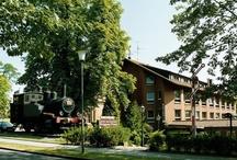 AKZENT Hotel Brüggener Klimp***S / Der Brüggener Klimp geht auf einen Bahnhof aus dem Jahre 1890 zurück. Das im Herzen von Brüggen gelegene AKZENT Hotel Brüggener Klimp verfügt über 45 Zimmer und drei Luxuszimmer im Haupthaus sowie 15 Zimmer im Nebengebäude. Das Thema des Bahnhofes spiegelt sich in Details aus alten Zeiten im gesamten Hotel wieder.   || Kontakt: AKZENT Hotel Brüggener Klimp, Burgwall 15, 41379 Brüggen | Tel.: +49 (0)2163 955 0 | E-Mail:hotel@brueggener-klimp.de | www.akzent.de/brueggen