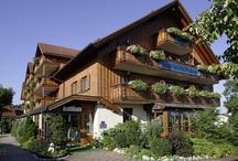 AKZENT Hotel Alte Linde Wieling***S / Das AKZENT Hotel Alte Linde Wieling befindet sich im  Starnberger Fünf-Seen-Land, im Herzen Bayerns und verfügt über 40 hochwertig und komfortabel ausgestattete Zimmer. Gäste können Bayerische Schmankerl, internationale Spezialitäten oder frischen Fisch in drei unterschiedlich gestalteten Restaurants und im Biergarten genießen.  || Kontakt: AKZENT Hotel Alte Linde Wieling, Wieling 5, 82340 Feldafing | Tel.: +49 (0)8157 9331 80 | E-Mail: hotel@linde-wieling.de | www.akzent.de/feldafing