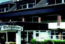 AKZENT Hotel Landhaus Heinen *** / Das seit über 75 Jahren familiär geführte AKZENT Hotel Landhaus Heinen liegt idyllisch am Wandrand und direkt am Naherholungsgebiet, dennoch unweit des Stadtzentrums. Alle 27 Zimmer verfügen größtenteils über einen Balkon in Südlage oder eine Terrasse. Die hauseigene vollautomatische Bundeskegelbahn bietet Spaß und Entspannung.  || Kontakt: AKZENT Hotel Landhaus Heinen, Genhülsen 112, 41179 Mönchengladbach | Tel.: +49 (0)2161 568600 | E-Mail: info@haus-heinen.de | www.akzent.de/moenchengladbach