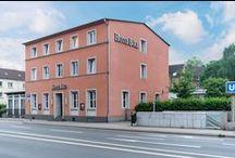 AKZENT Hotel Böll / Das AKZENT Hotel Böll Essen verfügt über eine zentrale Anbindung. Zum Hotel-Ensemble gehören ein eindrucksvoller Galerietrakt und eine Grünanlage. Alles zusammen hat einen besonderen Charme und macht den Charakter der Hotelanlage aus.   || Kontakt: AKZENT Hotel Böll, Altenessener Str. 311, 45326 Essen-Altenessen | Tel.: +49 (0)201 81416909 | E-Mail: info@hotel-boell.de | http://www.akzent.de/essen