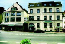 AKZENT Hotel Köhler / Das familiengeführte AKZENT Hotel Köhler befindet sich im Herzen von Gießen. 42 gemütliche Zimmern stehen zur Übernachtung bereit. Das Hochzeitszimmer bietet als Location für Feste und Feierlichkeiten für insgesamt 80 Personen Platz.  || Kontakt: AKZENT Hotel Köhler, Westanlage 33 - 35, 35390 Gießen | Tel.: +49 (0)641979990 | E-Mail:info@hotel-koehler.de | www.akzent.de/giessen