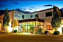 AKZENT LaVital Sport- & Wellness-Hotel **** / Das AKZENT LaVital Sport- und Wellness-Hotel liegt am südlichen Rand der Lüneburger Heide. Die 30 komfortabel und modern ausgestatteten Hotelzimmer befinden sich im Haupt- und Gästehaus. Das Hotel verfügt u.a. über eine große Sporthalle, zwei Tennis-Courts und einen Fußballplatz.     Kontakt: AKZENT LaVital Sport- und Wellness Hotel, Alte Heerstr. 45, 29392 Wesendorf   Tel.: +49 (0)537697960   E-Mail: info@lavital.de   www.akzent.de/wesendorf