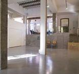 Taller y galería de arte / Este espacio para eventos en el barrio de La Latina es un lugar único para eventos por su estupenda localización y por el buen gusto con que se ha rehabilitado. Se trata de una galería de 350 m2 con varias estancias comunicadas por una sala central que cuenta con una altura de más de cuatro metros.