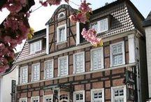 AKZENT Hotel Stadt Bremen / Das AKZENT Hotel Stadt Bremen in Beverungen im Weserbergland bereitet sowohl Geschäftsreisenden als auch Erholungsuchenden einen herzlichen Empfang. In verschiedenen Gesellschaftsräumen für 10 bis 120 Personen finden Familienfeiern und Bankettveranstaltungen einen stilvollen Rahmen.  || Kontakt: AKZENT Hotel Stadt Bremen, Lange Straße 13, 37688 Beverungen | Tel.: +49 (0)5273 903 0 | E-Mail: info@hotel-stadt-bremen.de | www.akzent.de/beverungen