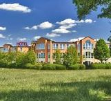 AKZENT Grunau Hotel**** / Am östlichen Stadtrand der Festspielstadt Bayreuth liegt das AKZENT Grunau Hotel, von diesem aus alle interessanten Ziele in Bayreuth in wenigen Minuten erreichbar sind. Das Hotel umfasst die gesamte 2. Etage des Komplexes Grunau Park. Zum Hotel gehören zudem noch umfangreiche Konferenzräume im Erdgeschoss. || Kontakt: AKZENT Grunau Hotel, Kemnather Str. 27, 95448 Bayreuth | Tel.: +49 (0)921 7980 0 | E-Mail: info@grunau-hotel.de |