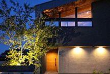 『RITZ』 / 黒をベースに展開する上質なスタイリングデザイン。住宅という概念にとらわれない色使いと贅沢な空間構成で住人をエグゼクティブな世界へと誘う。黒で包み込む端正な窓辺からの借景は切り抜いた絵画の如くリビング空間に誘導し空間を彩り躍動する