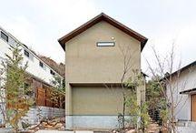 『落景』 / 二面道路に面する敷地の特性を活かし、建物と土地の関係性を深化させた。日本画のような窓辺の借景は、その場所に住む意義を問いかける。