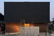 『風姿花伝』 / 能の世界観を連想させる外観スタイル。広い多目的玄関ホールを中心に展開する家族間のコミュニティは、プライバシーも程よく確保さている。LDKから繋がる伸びやかなデッキスペースは閉鎖的な外観とは対極の開放的な空間とした。   #grandliving #グランリビング #注文住宅 #大阪 #工務店 #新築 #建築 #家具 #リノベーション #renovation #architecture #furniture #interior #デザイン住宅 #店舗デザイン #キッチン #オーダーキッチン #コートハウス #リノベーション #観葉植物 #外構 #造作 #無垢材 #インテリア#照明 #間接照明#収納#デザイン住宅#リビング#facade#外観