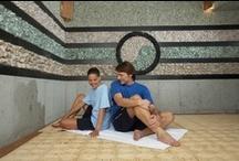 Saunas Coeranas / Miles de años de tradición y sabiduría oriental toman protagonismo en el área de saunas coreanas y spa De diseño y concepción único en Europa hacen posible que cuerpo y mente logren la armonía plena. El circuito de Spa se compone de: •HIDROMASAJE DE PIES •CIRCUITO DE SAUNAS COREANAS • SAUNAS HÚMEDAS •DUCHAS •PISCINAS EFECTOS •PISCINA SENSACIONES •PISCINA AGUA FRIA • BAÑO SORPRESA •BAÑO HINOKI •ÁREA DE RELAX Y TRATAMIENTOS