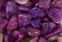 Couleur :  Violet -Pourpre /                 Le violet est une couleur royale qui représente la subtilité, le mystère, le romantisme, l'idéalisme, la protection, la mélancolie, la fraîcheur, la pureté, la paix et le luxe.    Quelques nuances de violet :  Héliotrope, Indigo, Lilas, Magenta, Mauve, Orchidée, Parme, Prune, Violine, Zizolin