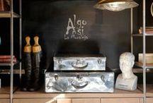 Interiorismo Algo Así / Un restaurante con encanto en el que los detalles vintage crean una atmósfera especial: maletas de cuero, globos terráqueos, libros antiguos... Destaca también nuestro suelo de ajedrez, en blanco y negro, en contraste con la madera. Un espacio luminoso y acogedor, con mucha personalidad.