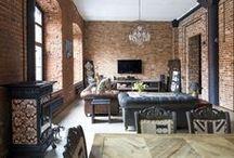 Cegła w salonie | Brick in the living room / Dawnej wykorzystywana jako budulec. Powstawały z niej ściany, dobudówki, elementy małej architektury. Po wielu latach cegła powróciła do łask w nowej, szlachetnej odsłonie. Stała się materiałem dekoracyjnym, którego barwa, struktura przestały być skrywane pod tynkiem.