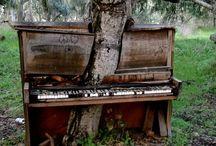 Pianos e órgãos abandonados