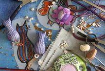 JOYAS CONTEMPORÁNEAS / Línea de joyas distintivas y contemporáneas hechas a mano, que evoca tanto el pasado como el presente, y en la que cada pieza es singular y original.