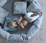NG Baby Myspöl / Ge barnet en egen mysig plats. Här får barnet plats med både leksaker och kompis. Den rörliga fyllningen i ytterringen gör det lätt att forma ett stöd åt barnet.  Finns i storlekar 100 cm och 120 cm.