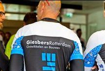 Wielertocht 2015 voor KIKA / Afgelopen zaterdag 5 september hebben we de tweede wielerronde van Giesbers Rotterdam gefietst. Dit keer hebben we gefietst voor Kika Kinderenkankervrij. Het was een prima dag met gelukkig uiteindelijk wel droog weer, dat was even spannend. Leontien van Moorsel heeft met ons mee gefietst, zij zorgde ook voor de ondersteuning middels een volgwagen van Team Roompot met Michael Zijlaard achter het stuur.  Fotografie is belangeloos gedaan als steun voor het goede doel door Concrete Bouw Fotografie.
