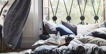 IKEA Textilien - Kissen & Co. / Dir ist nach einer schnellen und einfachen Veränderung für dein Zuhause? Verwandle dein Zuhause mit Textilien! Einer unserer Wohnzimmerteppiche könnte vielleicht schon die Lösung sein. Zusammen mit ein paar weiteren Textilien, z. B. Kissen, Gardinen, kannst du den Look komplett verändern - so einfach wie das Wechseln von Bettwäsche. Bildrechte ©Inter IKEA Systems B.V. 2002-2018