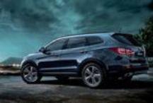 Hyundai Grand Santa Fe 2014 / Wytrzymały w terenie  i zawsze gotowy do podboju miasta Zgadza się. Grand Santa Fe jest solidnym autem, które poradzi sobie  w terenie, ale dzięki wyrafinowanej stylizacji nadwozia i dynamicznemu  usposobieniu doskonale czuje się również w mieście.