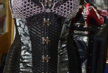 'Namida' Kollektion - Chain Fashion von Dragons Chain(R) / Meine Chain-Fashion Mode passt sich an Deinen Style an indem Du diese selbst änderst. Vorbei ist der 'Einheitsstyle'. Durch einfaches Umbauen ( Karabiner ) kannst Du Deinen eigenen Style anpassen.  Durch den Einsatz von elastischen Ringen passt sich das so feste Kettengeflecht an Deine Masse an. Du stellst es selber auf Deine Größe ein, dadurch ist meine Chain-Fashion Mode auch über Textilien einfach tragbar und kann leicht angepasst werden.
