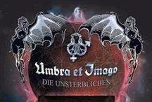 Umbra et Imago / Für Frontmann Mozart ist der Begriff «Gothic» nicht nur ein musikalisches Subgenre, sondern eine eigene Kultur. «Gothic» à la Umbra et Imago vereint tonalen Wohlklang, unterkühlte Strenge und explizite Sexualität - eine künstlerische Dreifaltigkeit, die von der Band aus Karlsruhe so konsequent wie von keiner zweiten in Deutschland seit über 20 Jahren zelebriert wird.