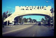 Para las vacaciones  / Marbella está situada a orillas del Mediterráneo, entre Málaga y el estrecho de Gibraltar, y en la falda de la Sierra Blanca. Su término municipal ocupa una superficie de 117 km², es una de las ciudades turísticas más importantes de la Costa del Sol y durante la mayor parte del año es centro de atracción del turismo internacional gracias principalmente a su clima y su infraestructura turística.