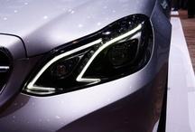 New E Class // Nowa Klasa E / Na nowo definiuje wielkość. Nowa Klasa E zachwyca od pierwszego spojrzenia: zmodyfikowanym przodem z umieszczoną centralnie trójramienną gwiazdą, wyraziście szerokim tyłem i nowymi barwami. Jej innowacje techniczne tworzą wzorce w segmencie górnej klasy średniej, zapewniając najwyższy komfort i bezpieczeństwo. Klasa E Mercedes-Benz przejmuje odpowiedzialność. Liczne rozwiązania zapewniają bardzo korzystne wartości zużycia paliwa.