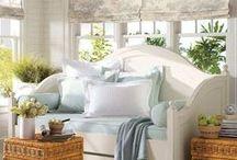 """Cottage Chic ♥ """"Cottage"""" quer dizer casa de campo em francês. / É um estilo de decoração que lembra o Provençal (uma decoração mais rústica,com pedras,madeiras e porcelanas).A diferença: é  mais feminino. Detalhes: a presença de natureza, cores suaves, cortinas e detalhes de crochê, móveis de madeira branca, espelhos antigos, quadrinhos de aquarela, louças de porcelana, prata e lustres de cristal que o estilo traz. Outra diferença do Cottage em relação ao Provençal é  que é mais elaborado, ornamental e detalhado. Divisão: Country, Beach, Rústico e Romântico."""