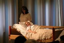 Een soort Alaska / van Harold Pinter naar Awakenings door Oliver Sacks - locatievoorstelling in verpleeghuis Het stuk beschrijft het ontwaken van een patiente, die vele jaren in coma heeft gelegen, alsook het moeizame proces van herinneren en begrijpen van de situatie.