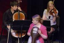 Wie is van wie? / Muzikant zijn is niet altijd makkelijk. Een violiste en cellist hebben moeite om de eindjes aan elkaar te knopen. Hun ontmoeting verloopt niet van een leien dakje: trots en verlegenheid staan een vlotte kennismaking in de weg. Als hun instrumenten er zich mee gaan moeien, wordt alles nog ingewikkelder. Maar dit muzikale kwartet zal alle moeilijkheden overwinnen en een spannend avontuur beleven. Foto's: Arend Bloemink