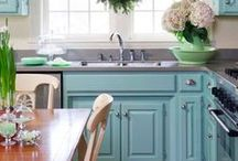 Favorite Beachy Kitchens / Lovely kitchens from fantastic beach houses. Who wouldn't want to cook in these places!