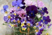 Vakre blomster i buketter og dekorasjoner.