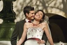 Robe de mariée traditionnelle / Les robes de mariées « Traditionnelles » vous charmeront par les perlages, les broderies, les longues traines et les volumes. Osez la mettre en valeur avec les diadèmes, les longs gants blancs de satin, les voiles brodés avec minutie<