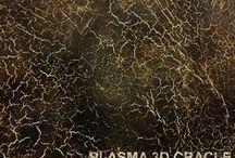 PLASMA 3D / PLASMA 3D jest to wysoce elastyczna powłoka do zastosowania wewnątrz pomieszczeń na ścianach, podłogach, meblach, drzwiach. W zależności od użytego narzędzia daje możliwość uzyskania różnorodnych wzorów, m.in. skóry węża lub krokodyla, marmuru czy spękanej skorupy.